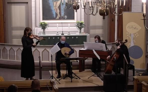 orkesteri soittaa Oulunsalon kirkon alttarin edessä